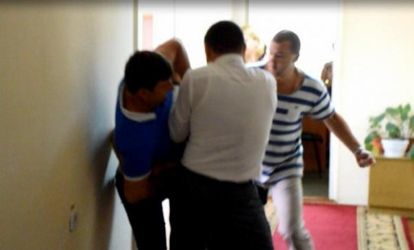 Вмешался боксер: в Николаеве депутаты облсовета устроили драку. Опубликовано видео