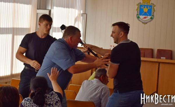 Драка депутатов вНиколаевском райсовете завершилась сломанной рукой
