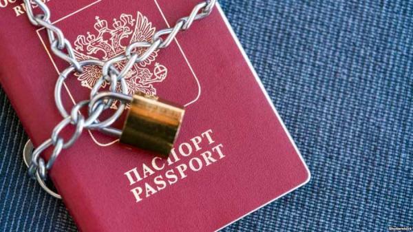 ВКрыму оккупационные власти начали отбирать у граждан  русские  паспорта